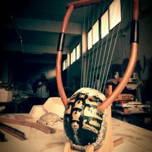 Η χρυσή λύρα της Ερατώς (Χέλυς, η 9χορδή με εκμαγείο καυκάλου) - seikilo.com